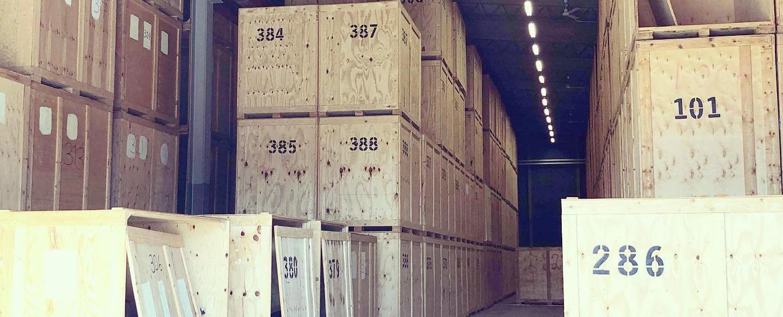 Magasinering i Göteborg - Träcontainer som är staplade på varandra